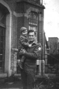 Солдат Бригады с ребёнком на руках