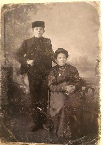 Эстер-Хьена Шифман со старшим сыном Сендером. Рыбинск. Примерно 1908 год