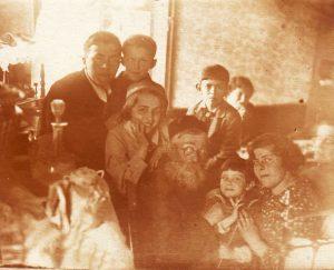 Хаим-Йехошуа Шифман в окружении внуков. 1 ряд слева направо: Фира (дочь Фани Каплан), Х.-Й.Шифман, Фаня (дочь Розы Цлаф), Песя (дочь Сендера), неизв? 2 ряд слева-направо: Миша (сын Сендера), Илья (сын Лёмы), Сеня (сын Лазаря), неизв? Парголово, 1937 г.