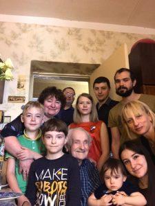 Фото № 4: Михаил Хононович в семейном интерьере.