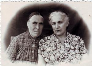 пожилая женщина с подругой или родственницей