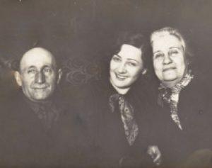 С родителями, апрель 1932