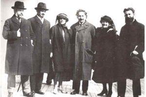Слева направо: Усышкин, Вейцман, Вера Вейцман, Эйнштейн, Эльза Эйнштейн, Моссинсон (директор гимназии Герцлия), Нью Йорк, 1921 год