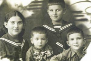 Фото 7. - Дети нашей семьи: сидят сестра Бася, Евсей и Самуил, стоит Михаил. 1940 год
