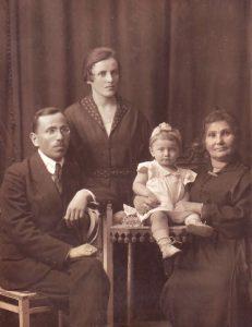 Рыбинск, 26.08.1923. Слева направо: Беньямин Цлаф, Роза Цлаф (урожд. Шифман), Фира, Голда Цлаф (урожд. Вульфсон) мама Беньямина (фотография из семейного архива)