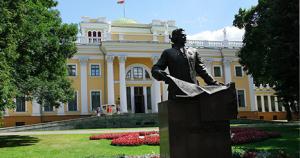 Дворец Паскевича, храброго генерала войны 1812 года, «усмирителя» Польши (1831) и Венгрии (1849); не популярен в советских учебниках