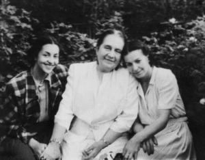 Елизавета Ивановна Тиме с Инной Зубковской (слева) и Татьяной Вечесловой