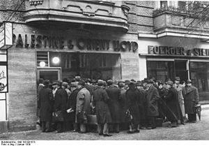Berlin Meineke straße 2. Еврейские эмигранты у входа в палестинское турбюро. Там можно было приобрести билеты и на пароход в Нью Йорк)