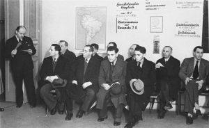 Немецкие евреи, желающие эмигрировать, ждут в офисе Hilfsverein der Deutschen Juden (Организации помощи немецким евреям). На стене карта Южной Америки.