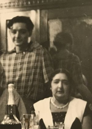Лёня с мамой (моей бабушкой Катей). Катя умерла, когда мне было 6 лет