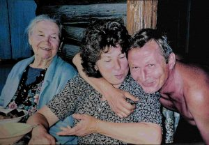 Мать Тони И.Ф. Кондратьева с младшим сыном Валюшей и его женой Ирой. Эту фотографию привёз мой сын из своей московской поездки