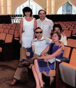 Мой друг Алик Миндич с дочерью Аней, женой Кэти и мы с Тоней. Снимок @1980. Тоня и я приехали навестить их в Скоки, Иллинойс, и Миндичи с гордостью показывали нам свою синагогу. Кэти больше нет…