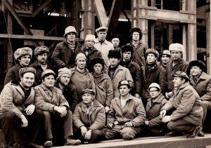 Артур Кальмейер (крайний справа) с бригадой монтажников-высотников Оргэнергостроя на строительстве главного корпуса Запорожской ГРЭС