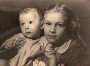 Восьмилетняя Тоня с младшим братом Валюшей