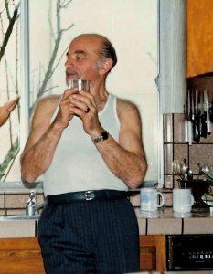 Изя Фридман в своём Лос-Анджелесском апартаменте. Фото 2006 года