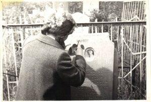 Это памятник на его могиле. Внучка обновляет надпись. Надпись сделана на русском и еврейском языках